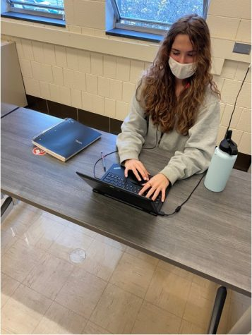 Utilizing her new earbuds, senior Paetyn Clark works diligently in class to communicate with her fellow classmates through zoom.